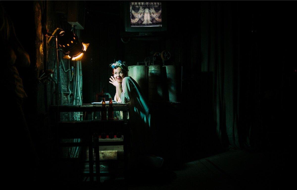 """Peterburi Mariinsky teatris tuli Estonia poolt ettekandmisele Eduard Tubina ballett """"Kratt"""". Lava taga liikudes võis kohata nii mõndagi legendaarse teatrimaja hiilgusest lummatud naiskoori liiget."""