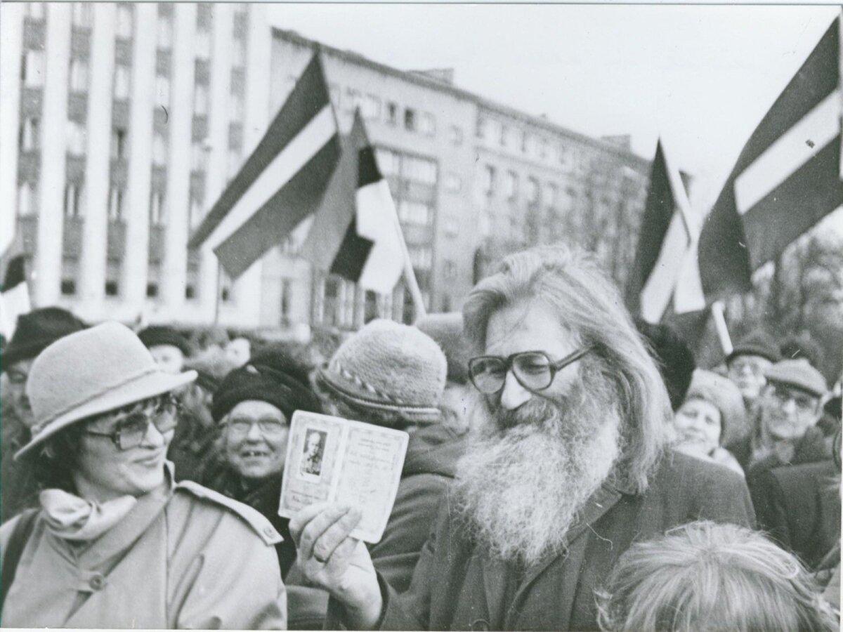 """""""Minul on alles Eesti Vabariigi pass!"""", Vabaduse väljakul 1991 Foto: Artur Rätsep, EE Arhiiv"""