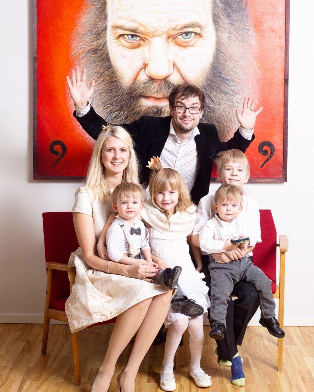 """Liina koos abikaasa Oliveri ja lastega – Karl (7), Teele (6) ja kaksikud Mihkel ja Priit (1) – Ilmar Kruusamäe ühe tuntuma maali """"Matti!"""" (õli, 1999) taustal"""