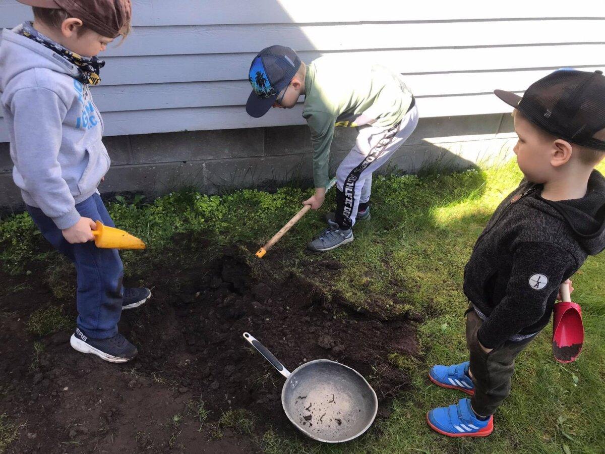 Lapsed kanadele ussikesi kaevamas