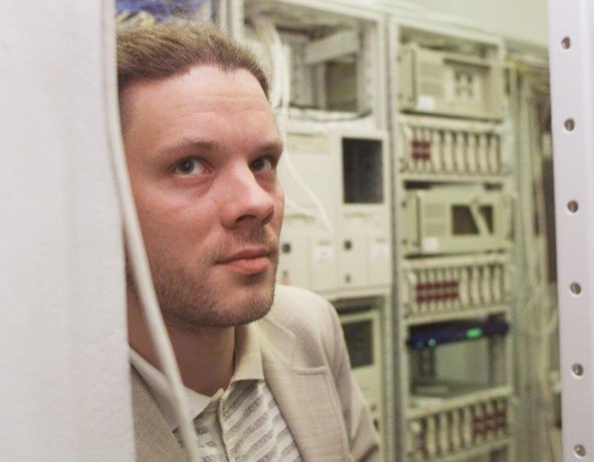 HARJUMUSPÄRASES KESKKONNAS: Presidendi endine abikaasa, AS Nösperi asutaja ja ajalehe Postimees esimene IT-juht Taavi Talvik arvutite keskel.