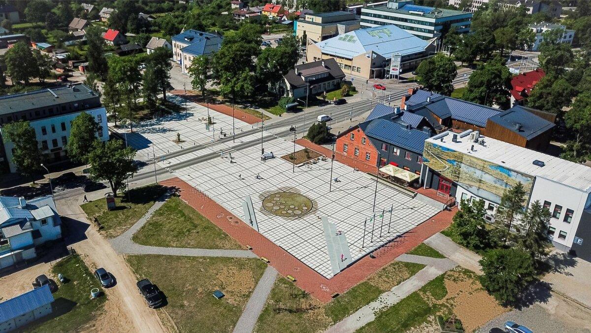 RAPLA KESKVÄLJAK: Peenelt abstraktne ja leidlikult minimalistlik plats sirutub üle Tallinna maantee ja seob kaks tänava poolt üheks visuaalseks ja ruumiliseks tervikuks. Väljaku autorid on Siiri Vallner ja Indrek Peil, maastikuarhitektuur Kerttu Kõll.