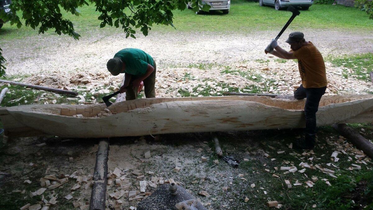 Puutüve õõnestamine on paras kirvetöö, mis nõuab siiski omajagu täpsust ja silmamõõtu.