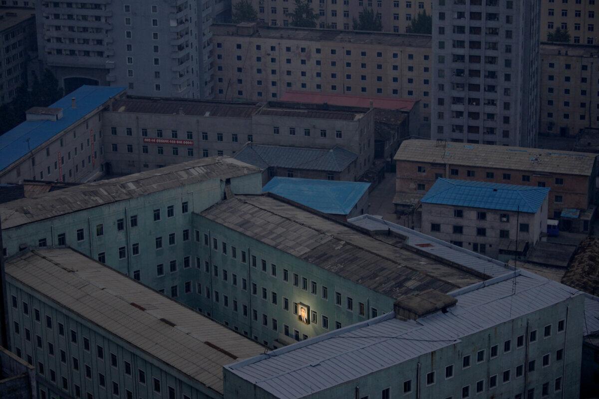 Kim Il-sungi valgustatud plakat pealinnas Pyongyangis 2011. aastal.