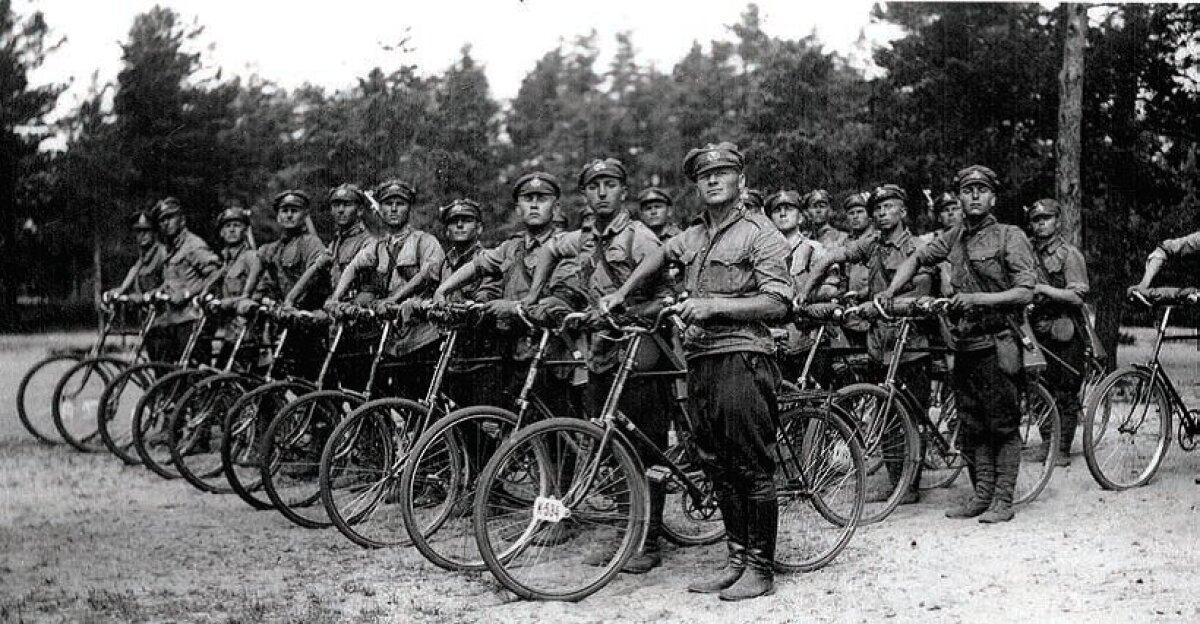 Üksiku jalaväekompanii jalgratturid rivistusel.