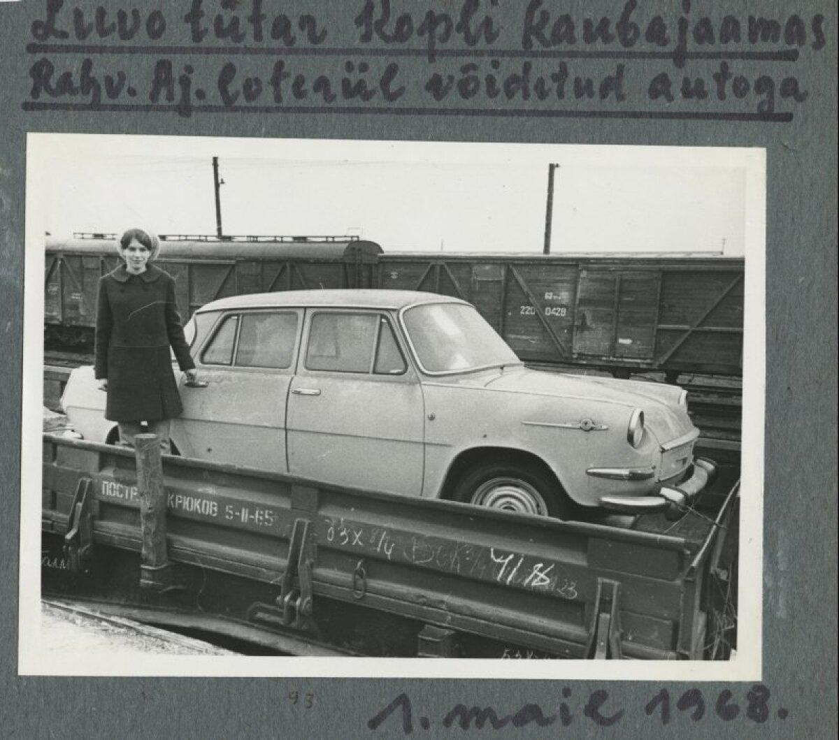 Noor naine 1968. aastal loteriil võidetud autoga Kopli kaubajaamas.