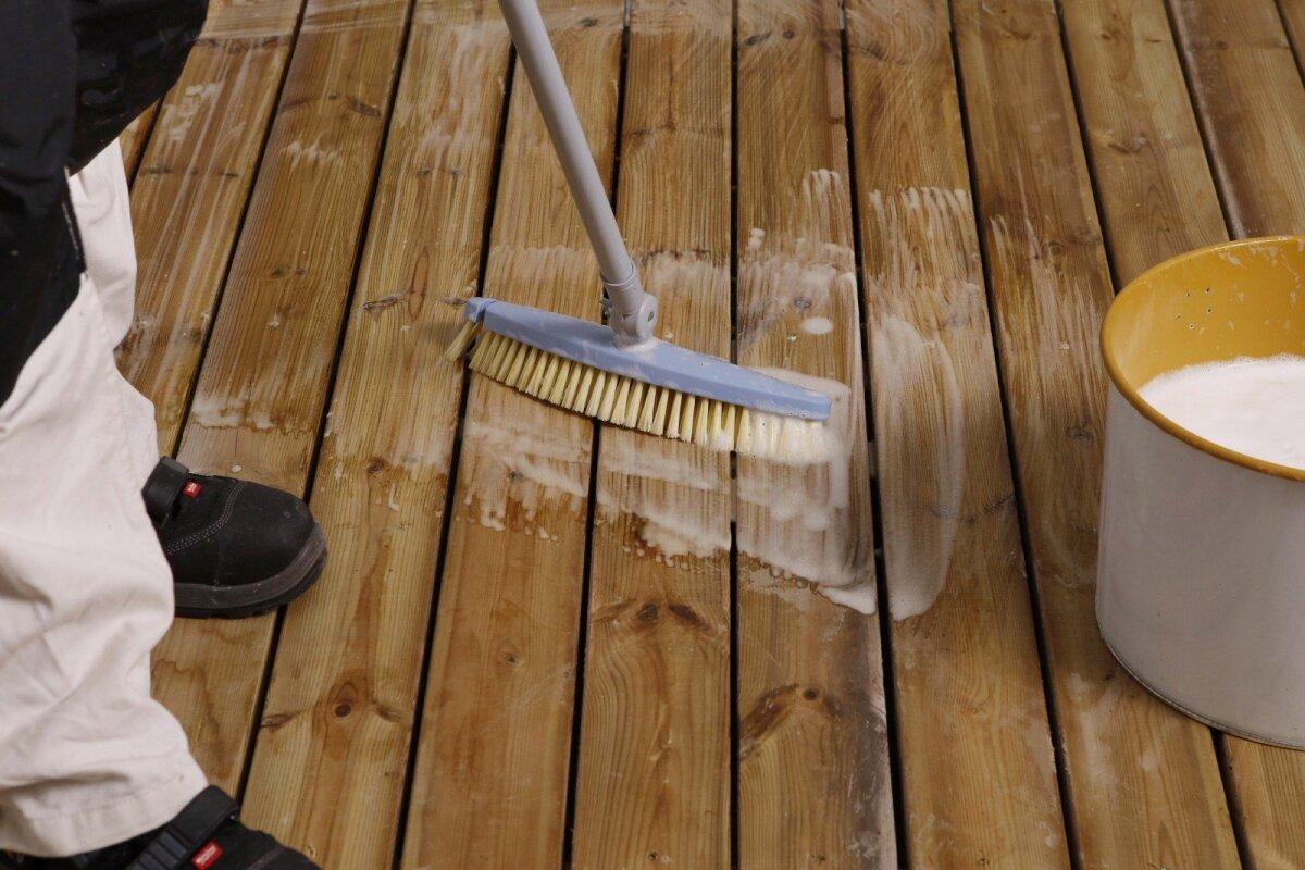 Terrassi pesemine puhastusvahendiga eemaldab vana töötluse jäägid, mustuse ja vetikad. Samuti teeb see vana pinna heledamaks.