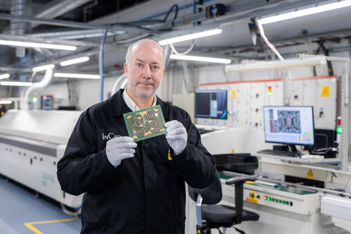 Greg Grace hoiab käes Incapis toodetud elektroonikaga trükkplaati, mis saadetakse Kuule.