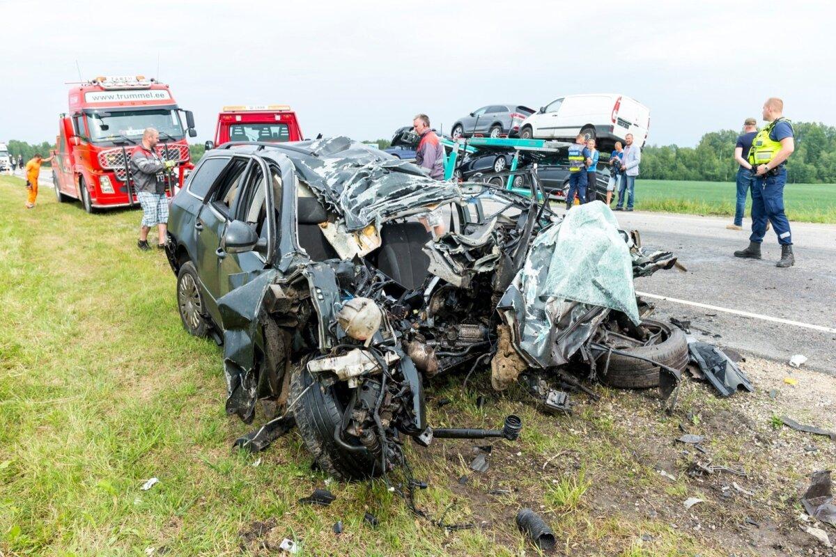 21. juuni, Kobratu. Volkswagen Passat kaldus vastassuunavööndisse ja põrkas kokku vastu tulnud veokiga. Hukkus koolilõpetamisele sõitnud 19-aastane noormees.