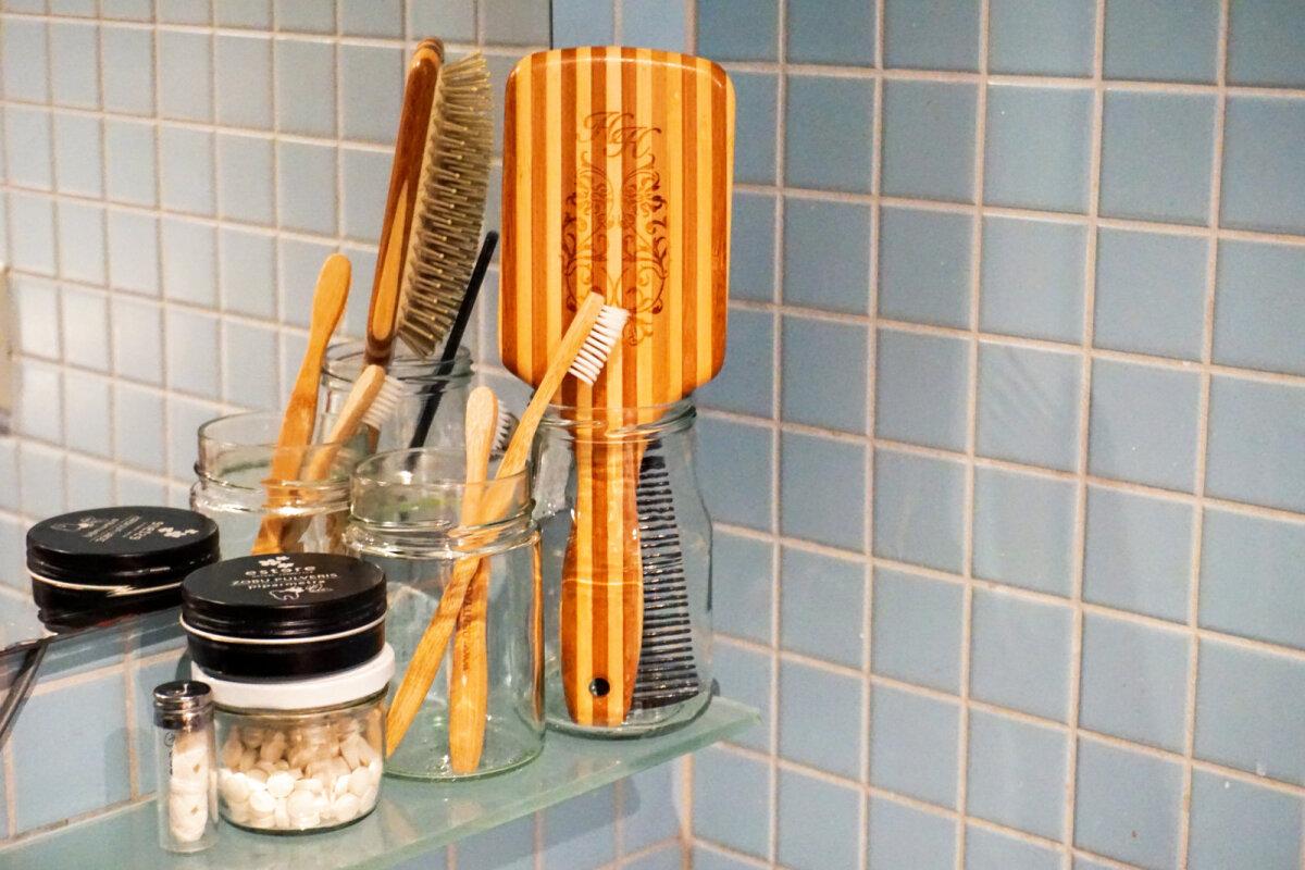 Liisa vannituba. Klaaspurgid hambaharjade ja kammide hoidmiseks. Hambapesutabletid, bambushambaharjad ja siidist hambaniit on valitud välja, lähtudes hambaarstide soovitustest. Liisa kasutab ise lastehambaharja, kuna selle pea on väiksem ja ulatub paremini tagumiste hammasteni.