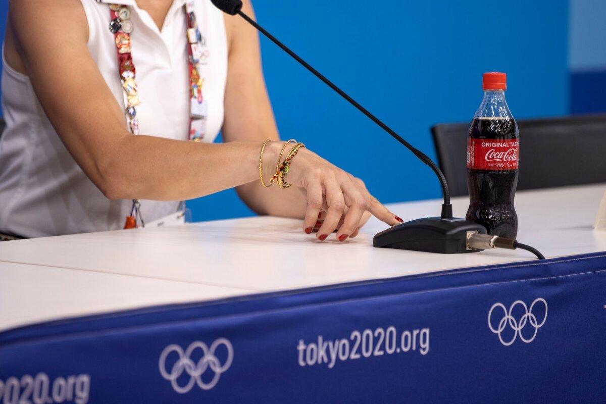 Ratsutaja Dina Ellermann ja tähtis nupp, mis lülitab sisse pressikonverentsi mikrofoni. Coca Cola pudelitega meie olümpialastel õnneks probleeme polnud. Ega nad mingid jalgpallurid pole!