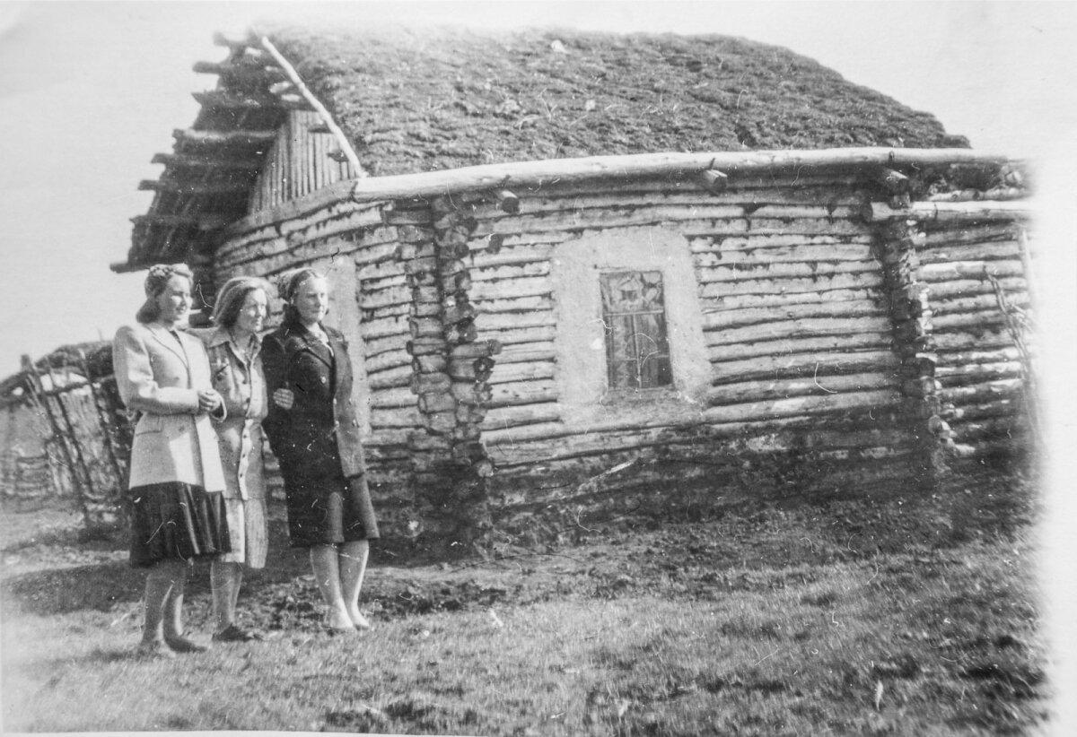 Ann Meri ema, tädi ja emaema Siberis Novosibirskis maja ees, kus nad küüditatuna elasid.
