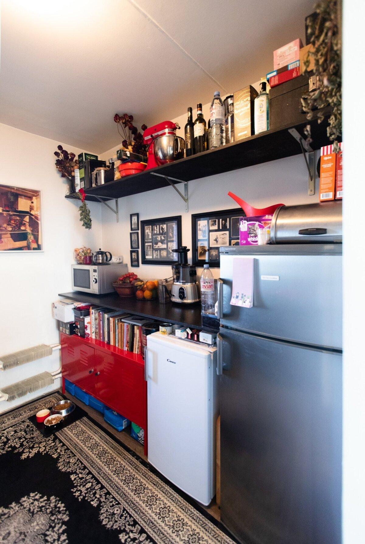 Kuna betoonist söögilaud asub ukse taga elutoas, on köök selle võrra märgatavalt avaram.