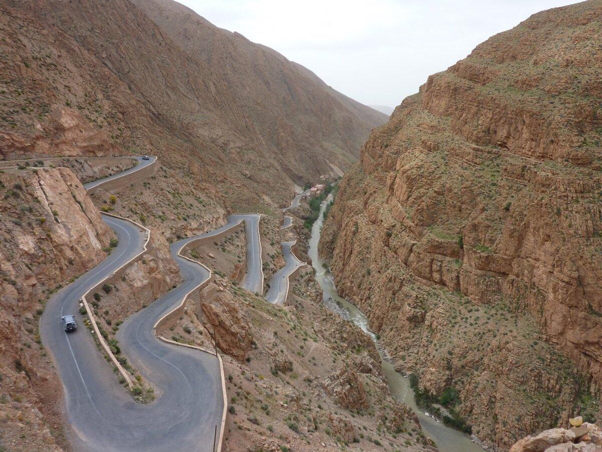 Maroko. Vaade mäe otsas asuvast kohvikust Dadèsi kuristikule
