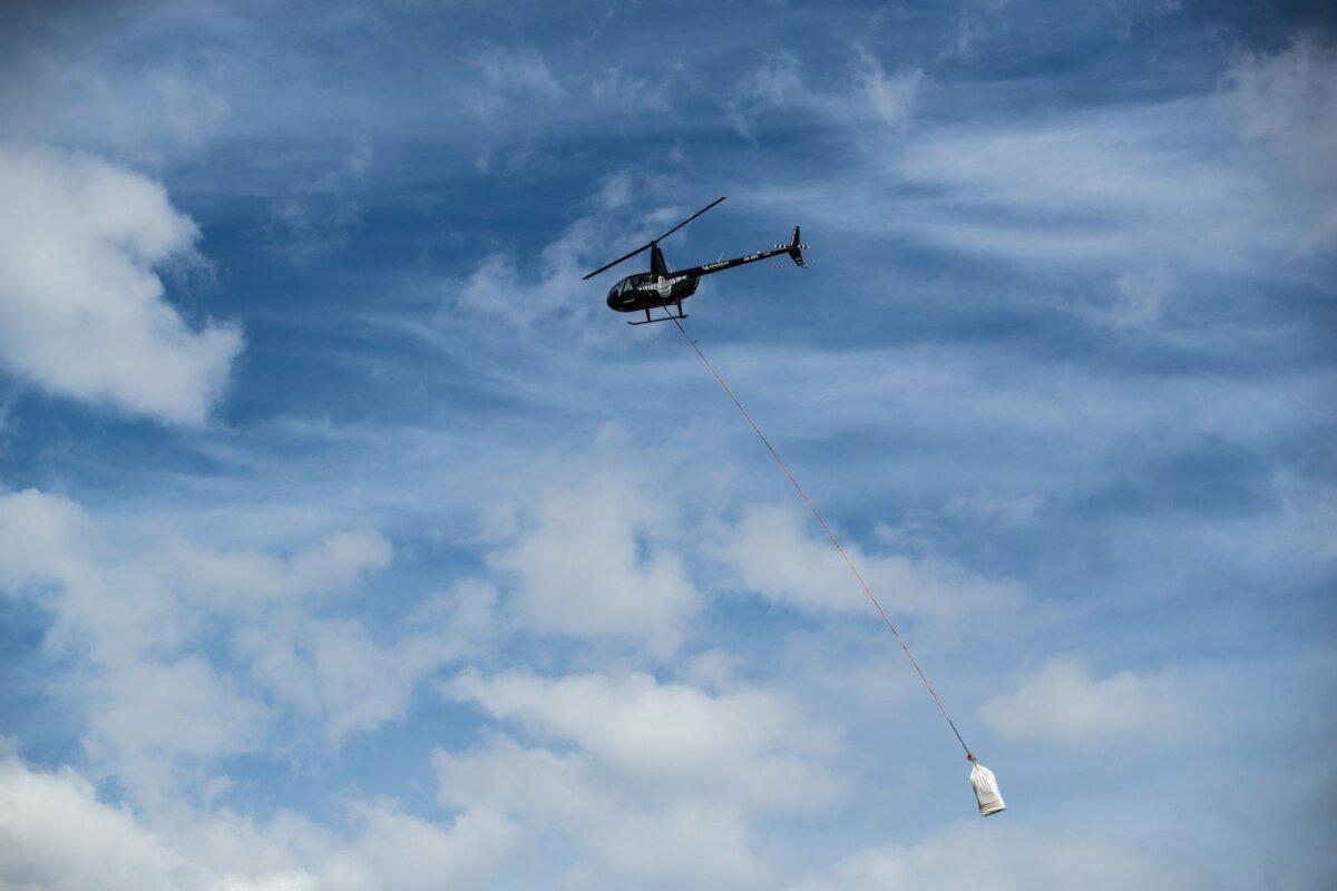 На территории Северо-Восточной Эстонии с избыточно влажной почвой государственный лес доставляется на вертолете.