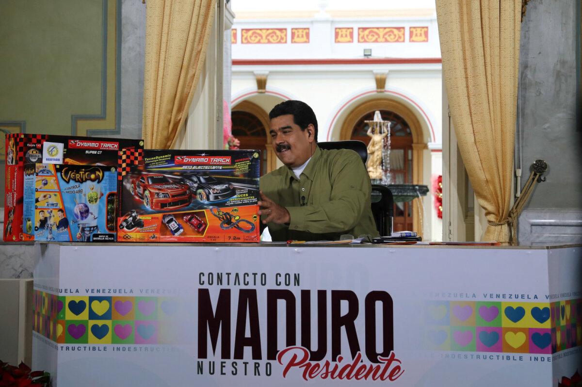 Nicolás Maduro näitas pühapäeval presidendipalees konfiskeeritud lelusid.