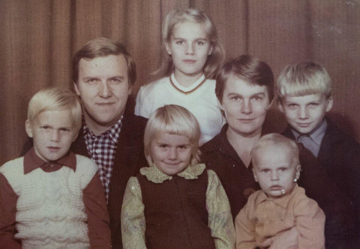Tea pere: ise on ta taga seismas ning ees süles vasakult paremale keskmine vend Martin, õde Teele, siis kõige noorem vend Paul ja kõige paremal vendadest vanim Karl