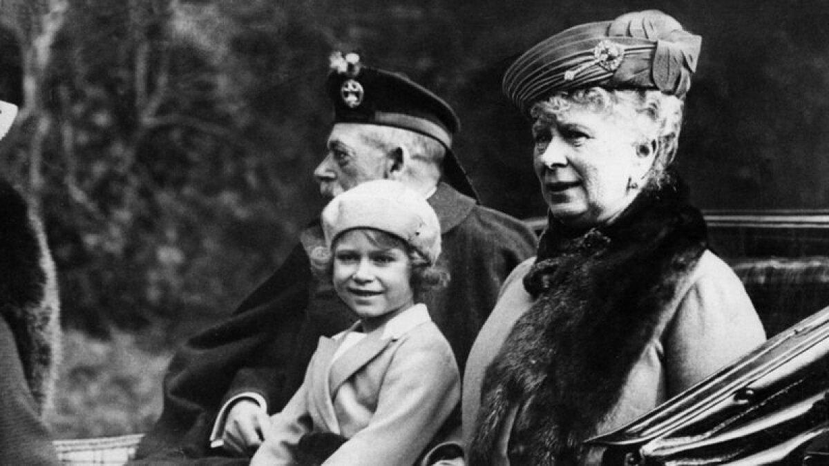Принцесса Елизавета со своими бабушкой и дедушкой в 1932 году. Ее дед, король Георг V первым начал называть девочку Лилибет