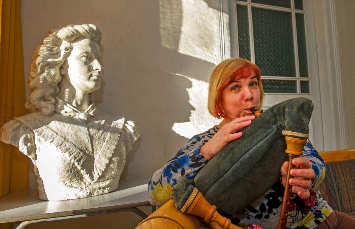KÜLA HING: Võidula rahvamaja perenaine ja raamatukoguhoidja Lea Toom mängib ansamblis Linnutaja.Tema kõrval Võidulaga seotud olnud Lydia Koidula.
