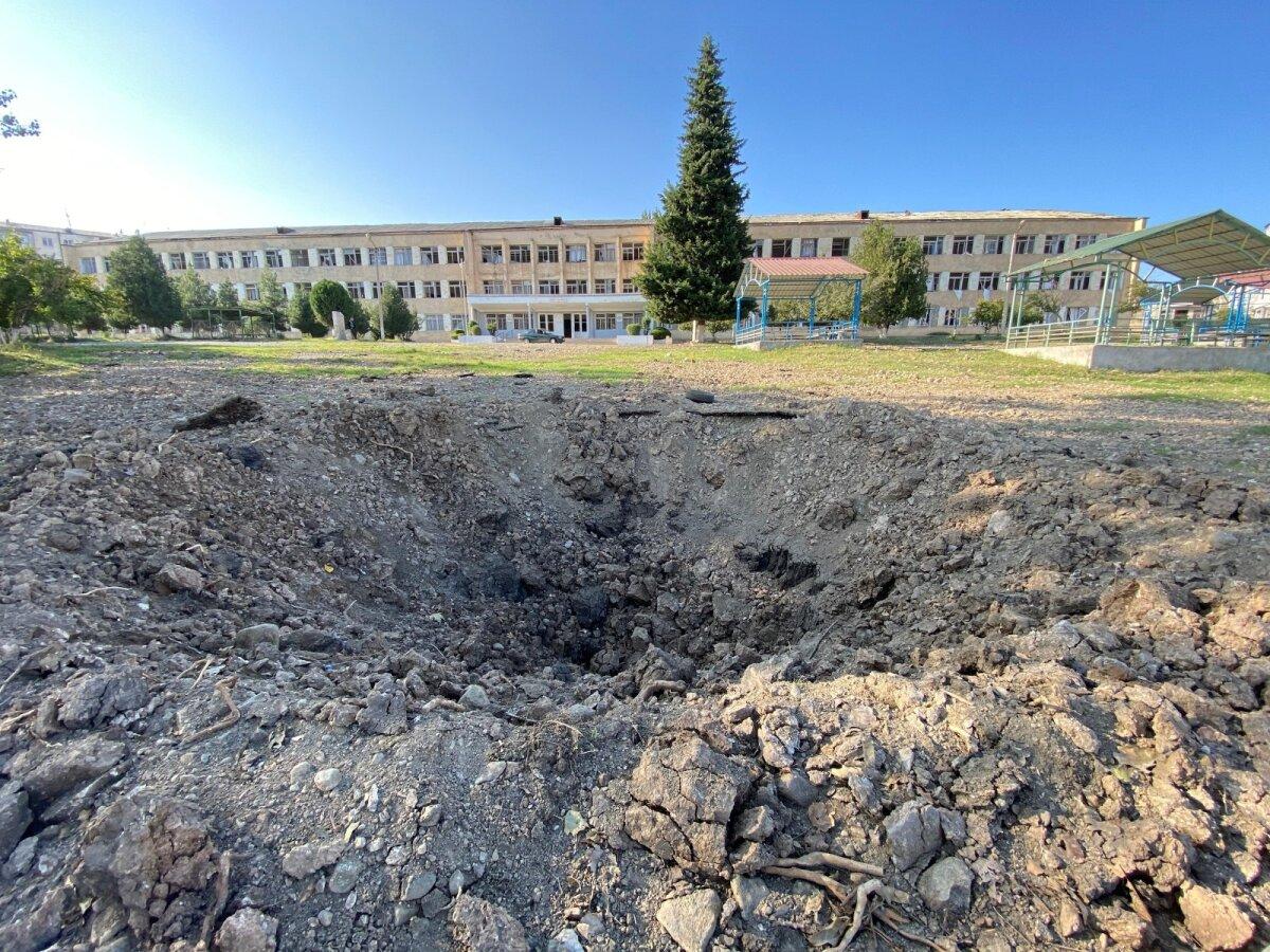 Перед школой глубокий кратер от снаряда