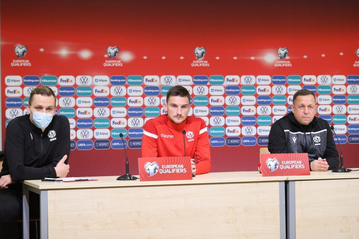 Valgevene koondise pressiesindaja, poolkaitsja Jevgeni Jablonski ja peatreeneri asetäitja Oleg Raduško pressikonverentsil.