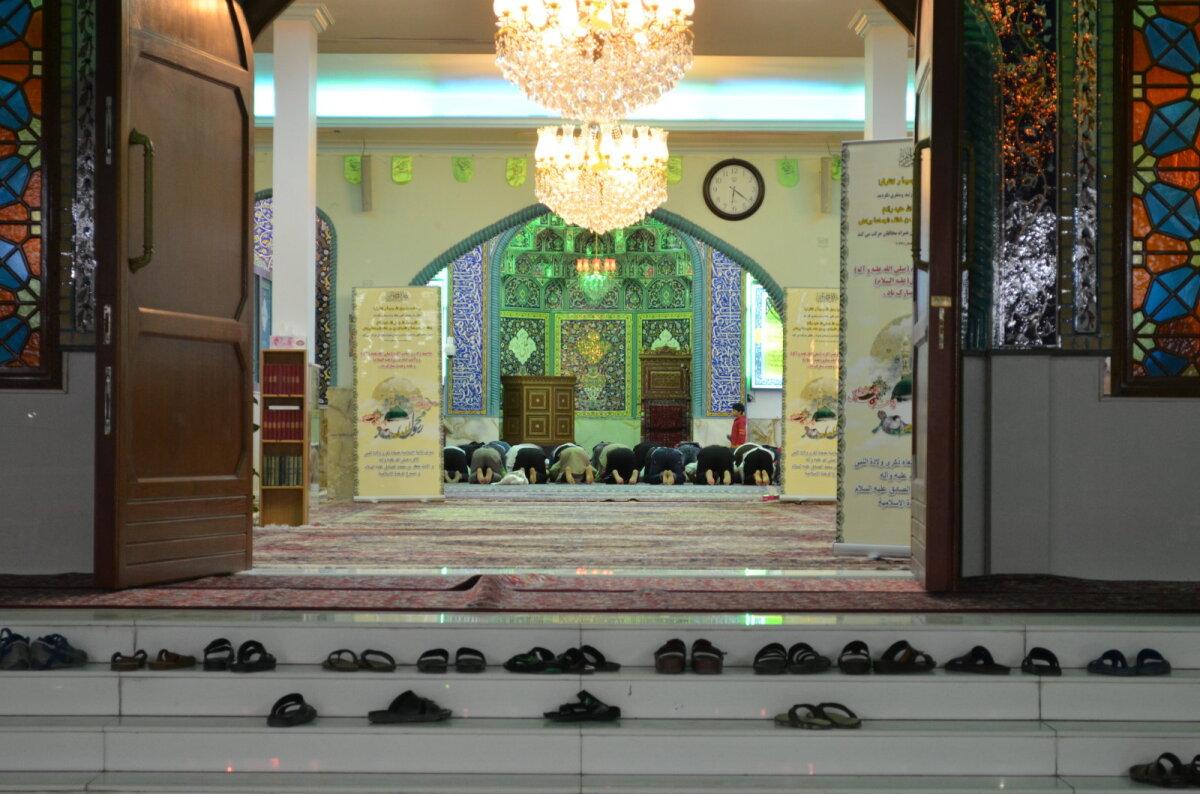 Kuigi linnas elab üle 200 erineva rahvuse, on Dubai siiski rangelt islamiusuline linn, kus kehtib šariaadi seadus, mida peavad austama nii kohalikud, ajutised ja püsivad sisserändajad kui ka turistid.