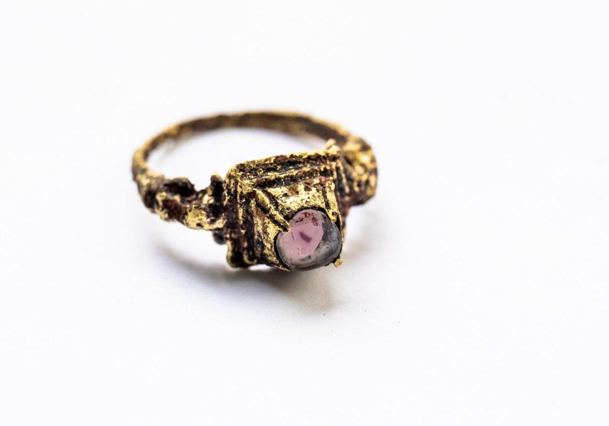 Латунное кольцо с розовым камнем и изображением головы дракона или змеи.