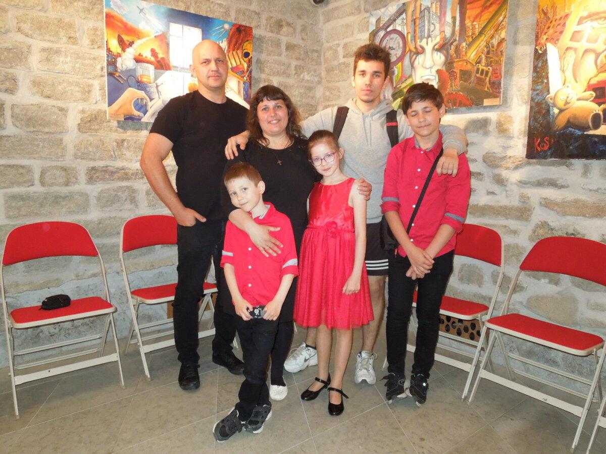 Семья Кос в полном составе на выставке работ Евгения