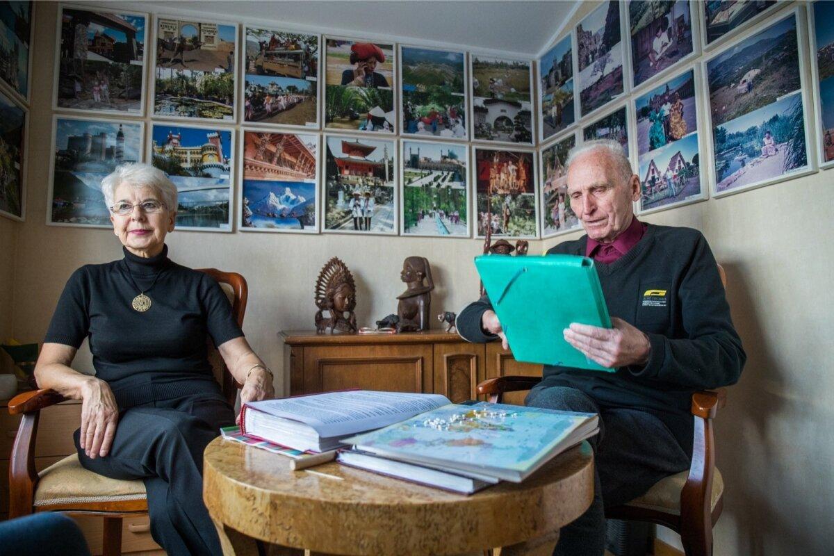 Tiiu Ustaal ja Taso Erima oma reisimälestuste toas