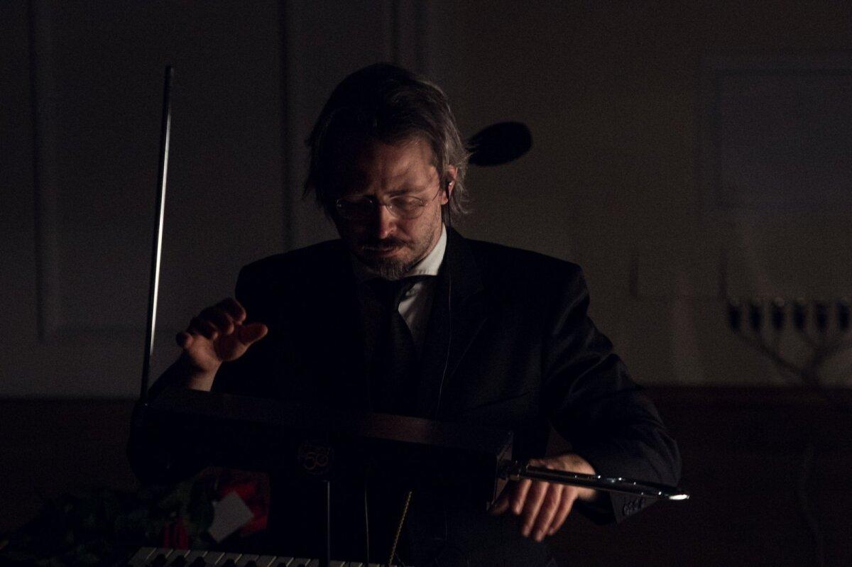 E-DIRIGENT: Taavi Kerikmäe musitseerib Teremini-nimelisel elektroonilisel muusikariistal.