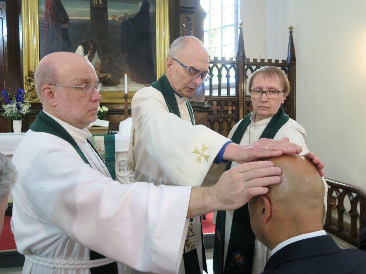 Even Tudebergi pühitseti Jaani koguduse juhatuse liikmeks. Pildil vasakult Arne Hiob, Jaan Tammsalu ja Eve Kruus.