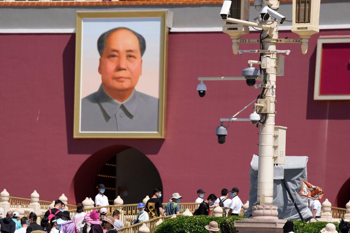 Totaalne jälgimine Hiina moodi: lisaks ohtratele kaameratele hoiavad turistidel silma peal ka turvamehed.