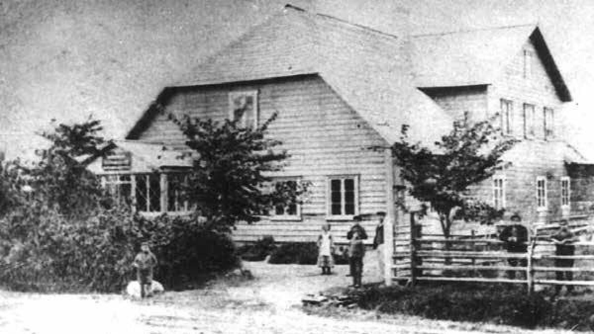 Vändra kurttummade esimene koolihoone, mis avati 1866. a. Algkapital ehitamiseks saadi korjandustest ja parun Gotthard Krüdeneri 1000-rublasest pärandusest. Viimase auks kandis kool Gotthardi nime.