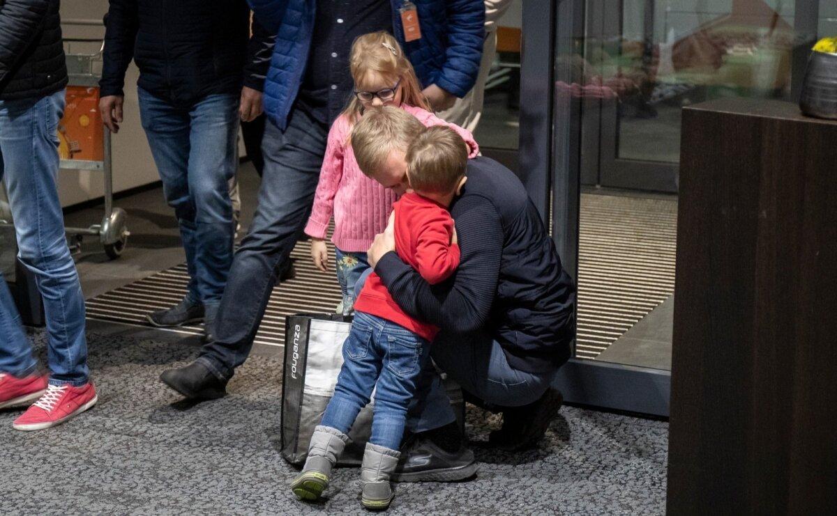 Maailmameister Ott Tänak saabus Tallinna lennujaama. Esimesed õnnitlejad olid lapsed.