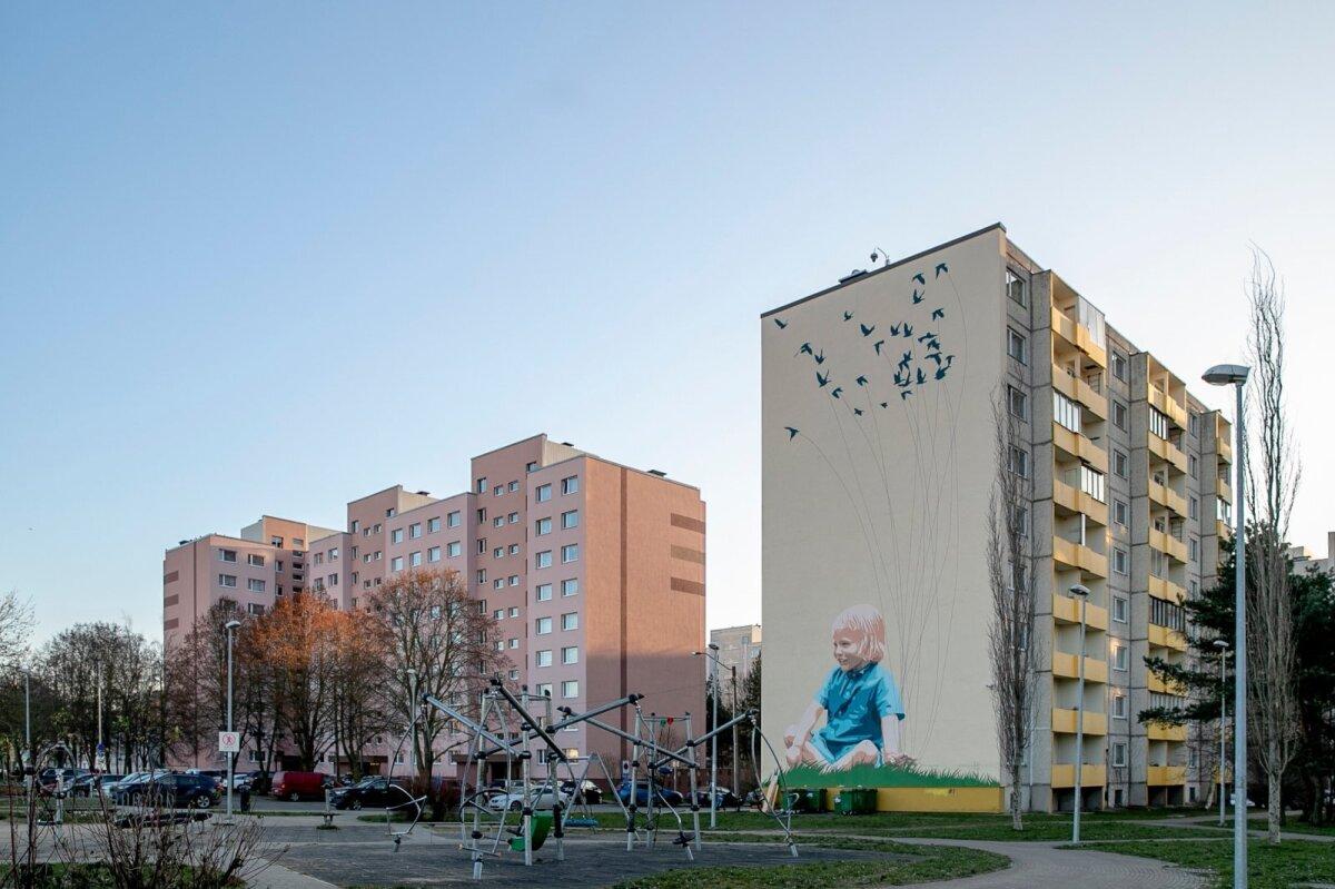 """Kivila 3a seinamaaling """"Tuvikarjane"""" kujutab poissi, kelle ideed ja unistused on veel tema endi kätes. Platooniline meelestatus ja helged värvid täiendavad hoone kõrval olevat lineaarparki ja mänguväljakut. Loodud Tallinna supergraafika konkursi võidutööna 2016. aastal, tegijaiks Taavi Kask, Edgar Tedresaar ja Paavo Kuldkepp. Maalingu valmimisele aitas kaasa TajuRuum OÜ."""