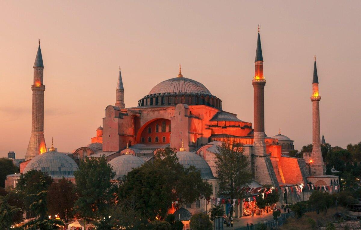 Hagia Sophia oliIda-Rooma kõige mõjusamehitisXV sajandi keskpaigani.