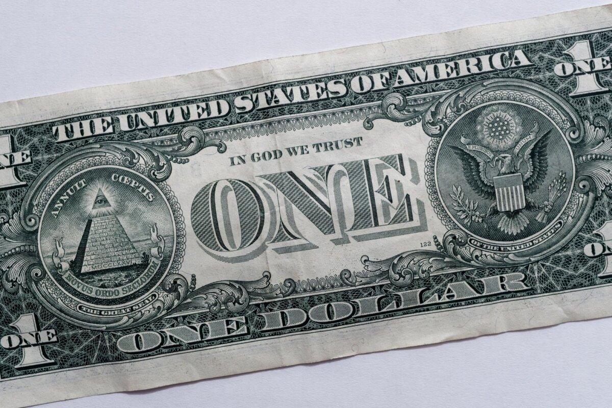 ТЕОРИИ ЗАГОВОРА: На однодолларовой банкноте изображены символы масонства: орел и всевидящее око над усеченной пирамидой.