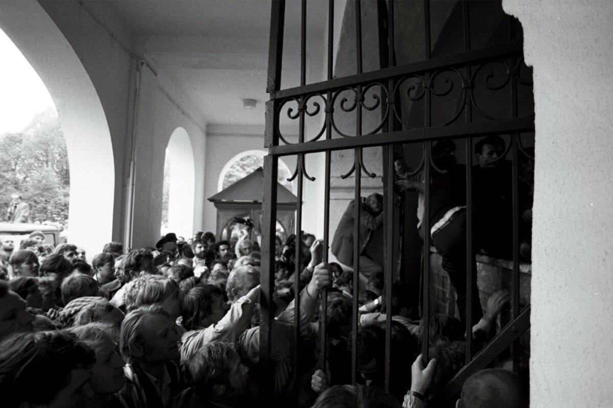 Värav on lukust lahti keeratud, võtmega mees on oma töö teinud ja jalga lasknud. Värava kaitseks seatud veoauto veeretatakse kohe lossihoovi.