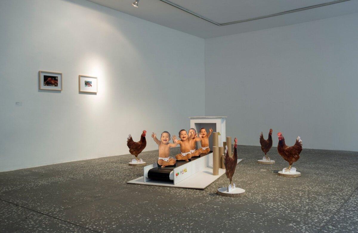 """KANADE KÄTTEMAKS: Karl Oskar Palo, Daglas Aitseni, Rasmus Saare ja Erik Johann Veibergi """"Väikelaste masstoodang"""" kujutab düstoopiat, kus kanad on üle võtnud inimeste maailma ja tarbivad beebisid nagu meie kanu."""
