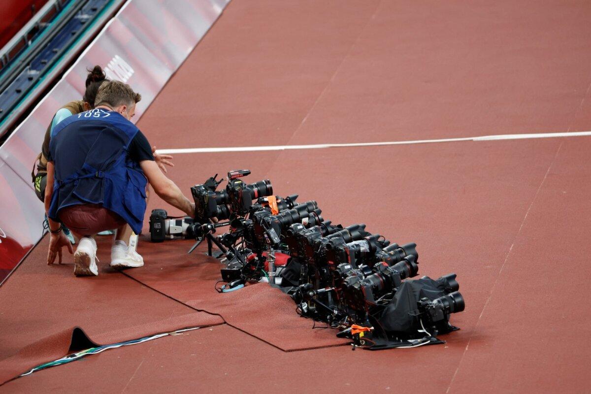 Arvestades, et üks fotoaparaadi kere võib maksta kuni 8000 eurot, võib Tokyo kergejõustikustaadionil vedeleda maas miljonite eurode väärtuses tehnikat. Antud kaamerad teevad pilti siis, kui nende omanikud kaugemal nuppu vajutab.