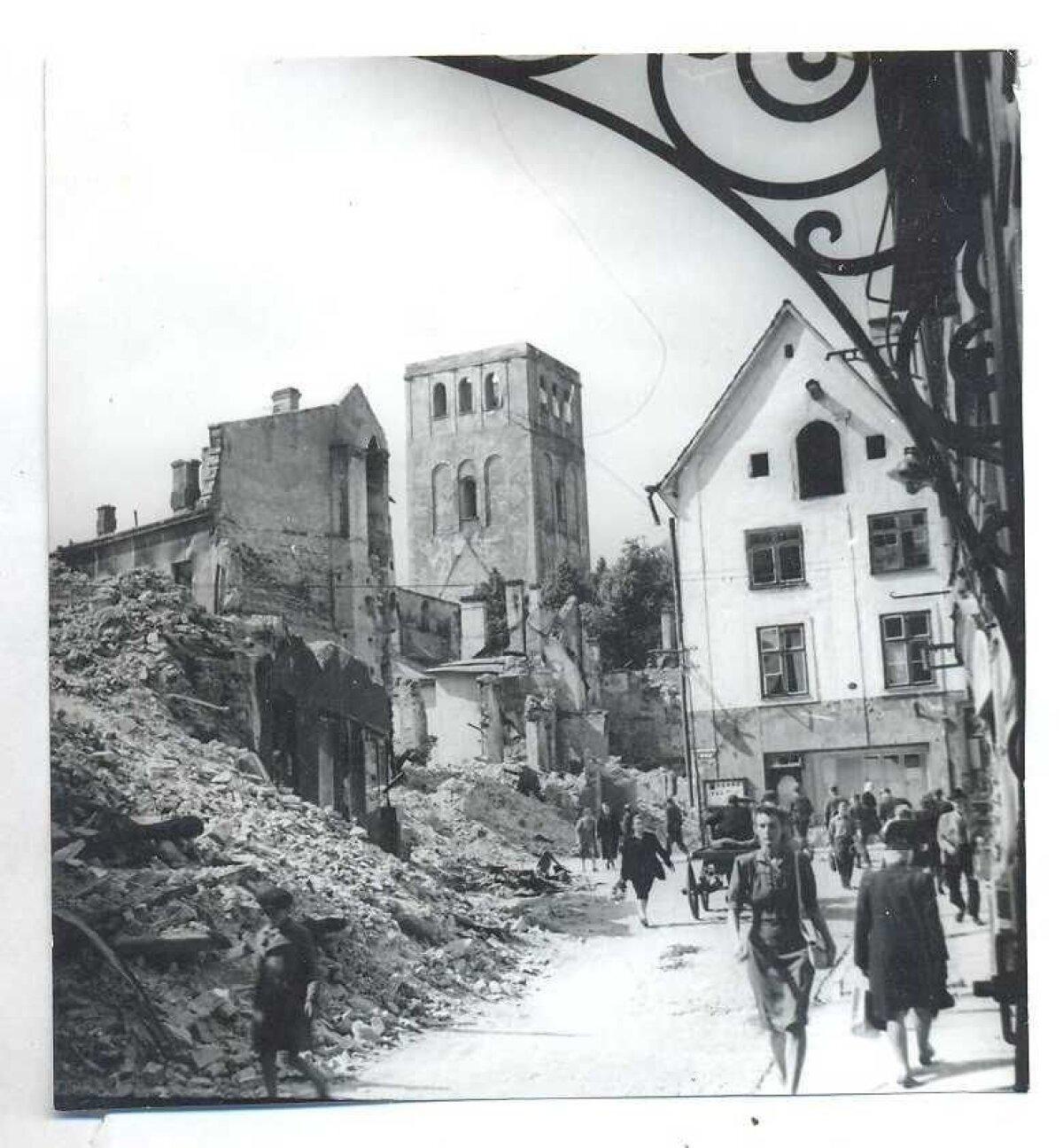 Vaade 1944. aastal Kuninga tänavalt Harju ja Kullassepa tänava ristmikule. Otsevaates maja elas üle pommitamise, aga lammutati 1940. aastate lõpus.