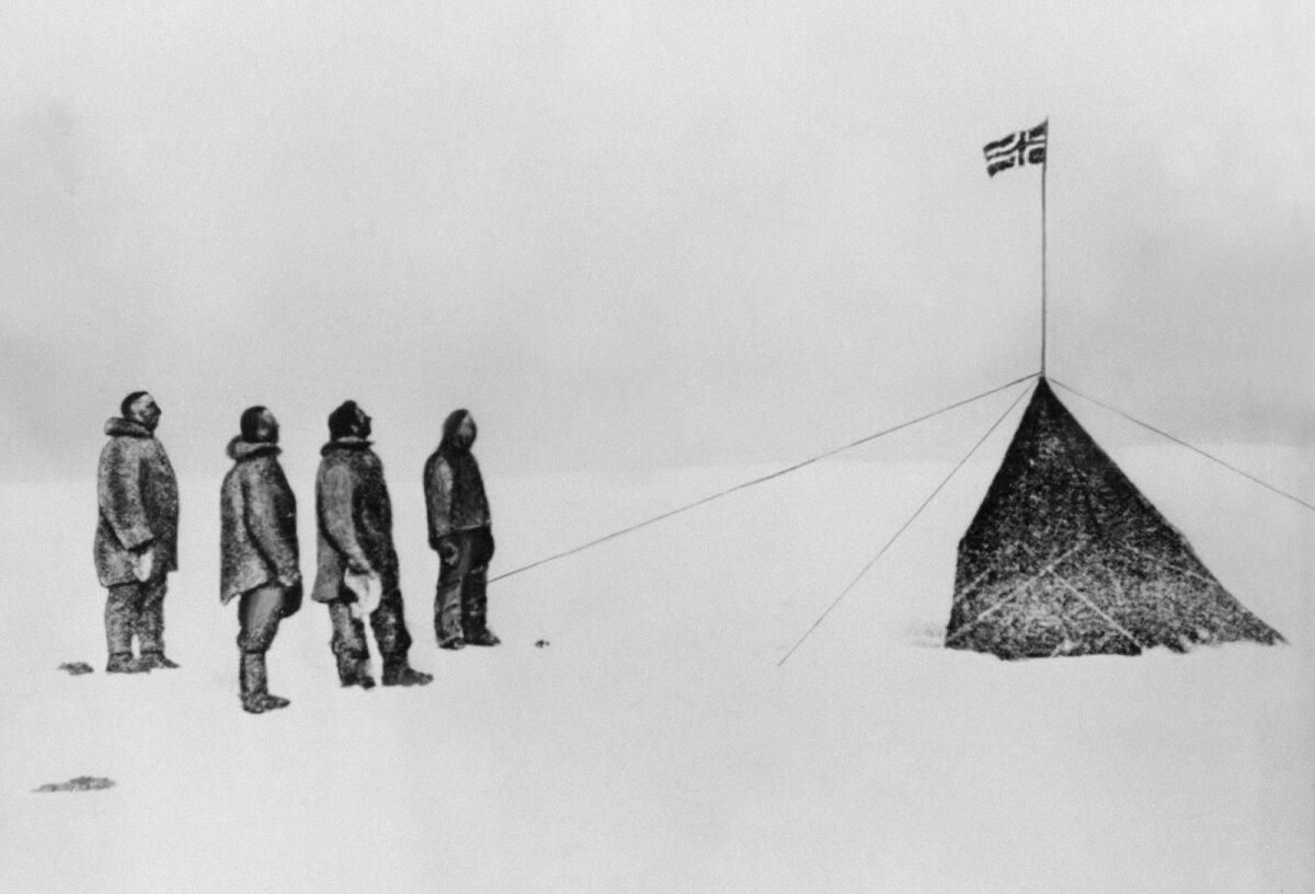 Roald Amundsen, Oscar Wisting, Sverre Hassel ja Helmer Hansen poolusel.