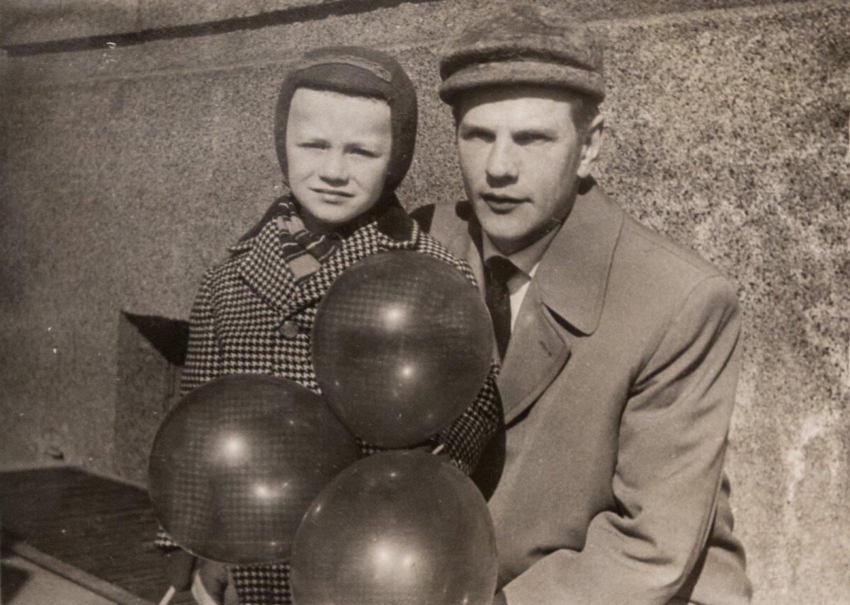 4-aastane Sulev koos isa Udoga 1965. aastal Maiparaadi vaatamas