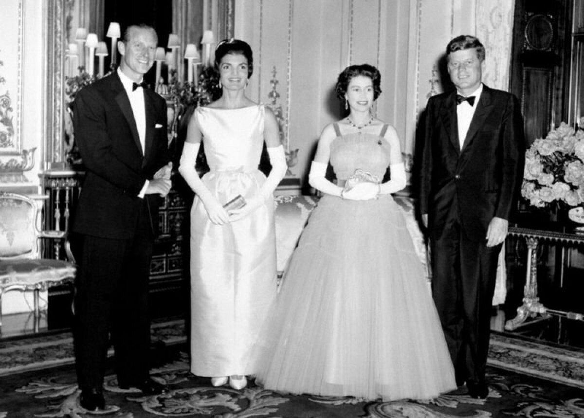 С Джоном и Джеки Кеннеди на приеме в Букингемском дворце. Всего за свою жизнь принц Филипп вместе с королевой принял в Лондоне 18 американских президентов