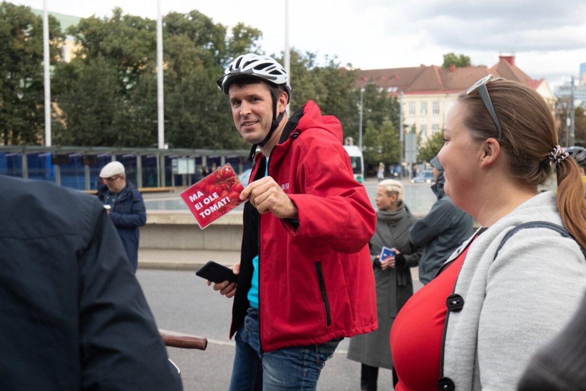 """Säärase kodarakaardi kirjaga """"Ma ei ole tomat!"""" kinkis Rainer Vakra Andrei Novikovile."""