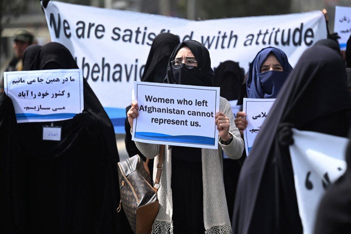 """""""Женщины, покинувшие Афганистан, не могут нас представлять"""", - говорится на одном из плакатов женщин, поддерживающих талибов"""