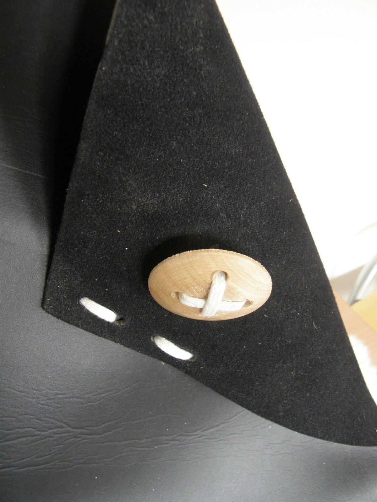 Pesa avause servad on tagasi keeratud ja dekoratiivse nööbiga kinnitatud.