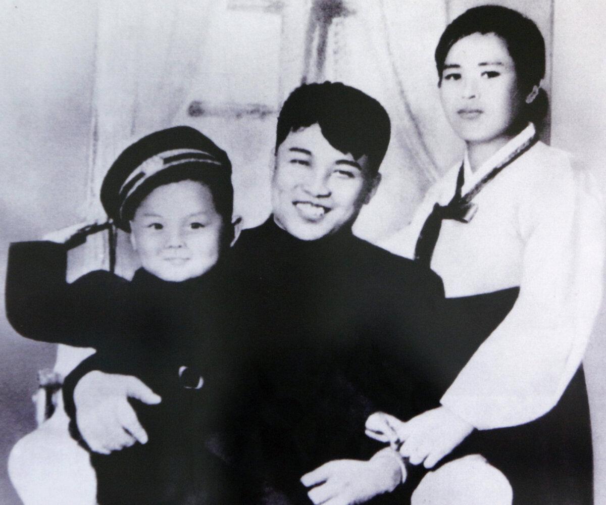 Dateerimata pilt Kim Il-sungist koos esimese abikaasa Kim Jong-suki ning poja Kim Jong-iliga.