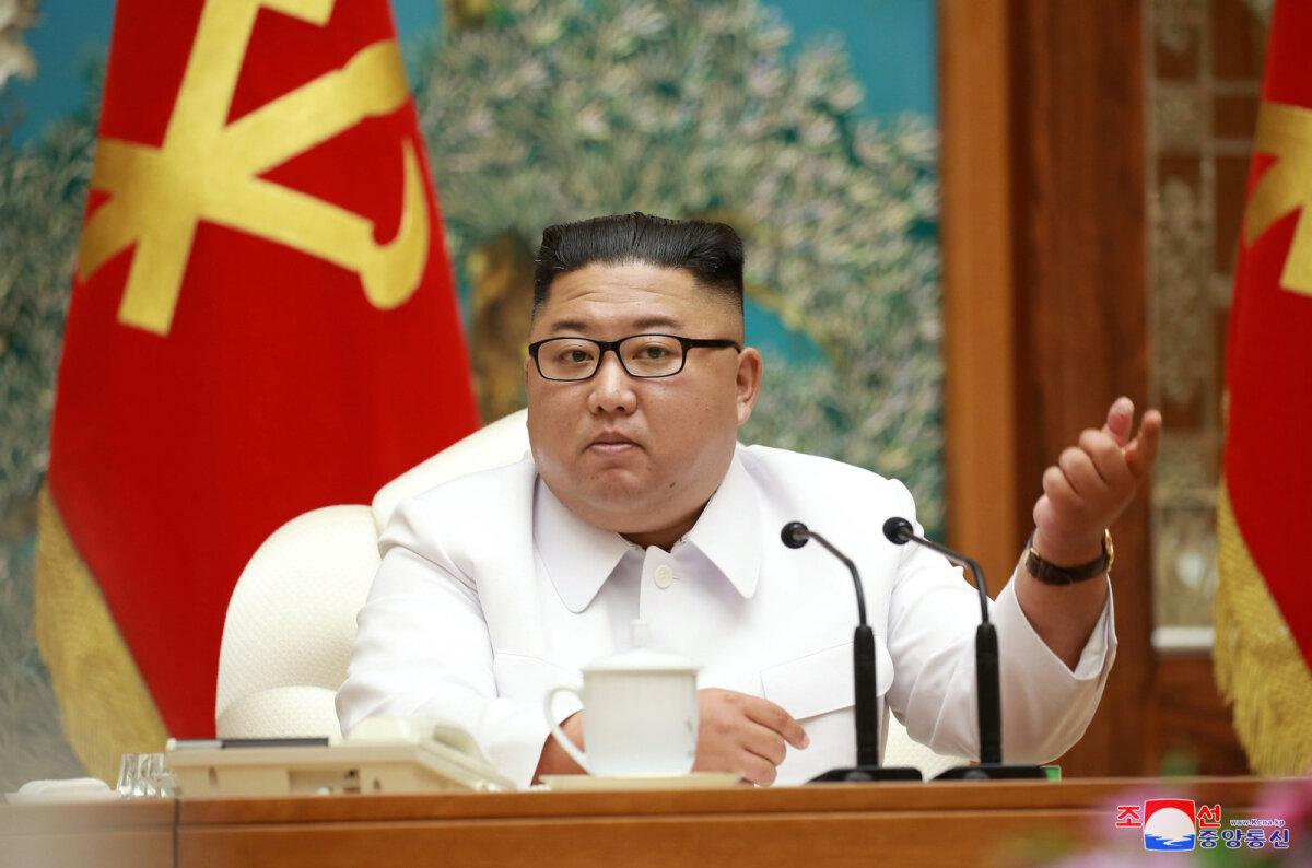 Kim Jong-un 25. juulil avaldatud fotol poliitbürood juhtimas