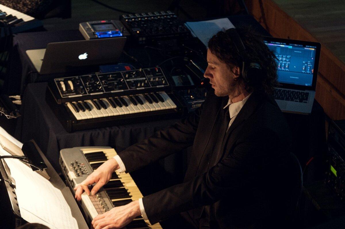 LAVAL OLI PINGET: Estonia kontserdisaali lava oli täis elektroonilisi instrumente.